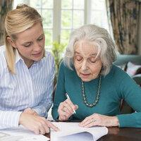 Meedenker die vrouw helpt met invullen papieren